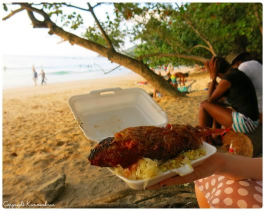 Grillet fisk på stranden 5